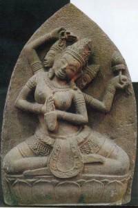 Phù điêu thể hiện thần Brahma ngồi trên tòa sen mọc từ rốn của thần Visnu, hiện trưng bày tại Bảo tàng Chăm Đà Nẵng