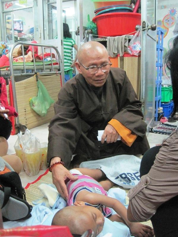 Thầy Thích Không Tánh (chùa Liên Trì) thăm hỏi tình hình sức khỏe bé Na One.