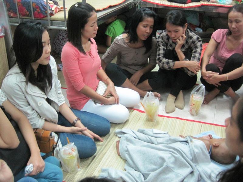 Các bạn học của chị Dâng sum vầy bên hai mẹ con