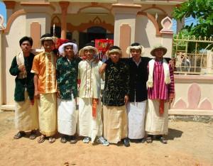 Bạn trẻ và trang phục Cham