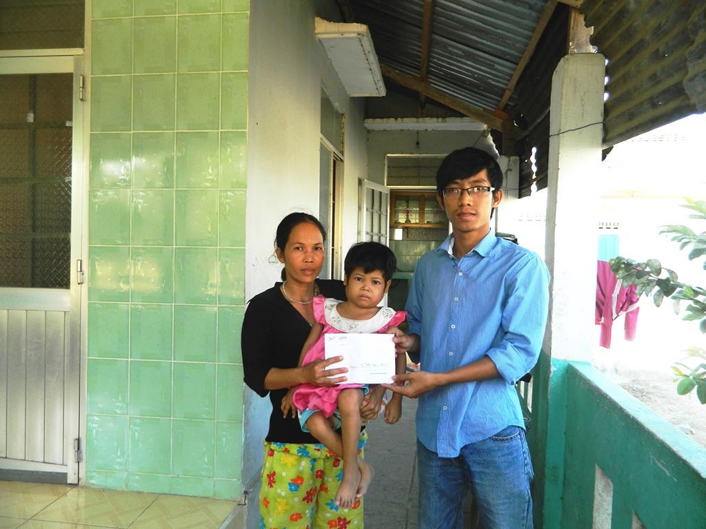 Đại diện Quỹ GPF trao số tiền 12.400.000 đồng đến gia đình em Thảo