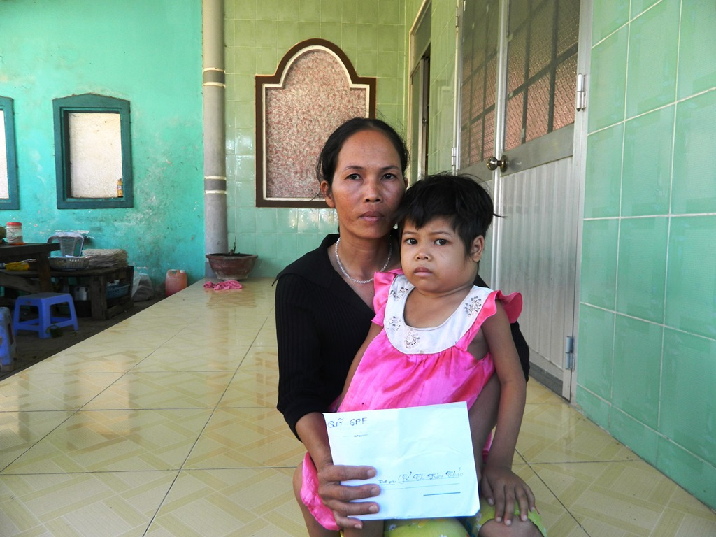 Gia đình em Thảo rất vui khi nhận được sự giúp đỡ của các nhà hảo tâm, bạn đọc GPF gần xa