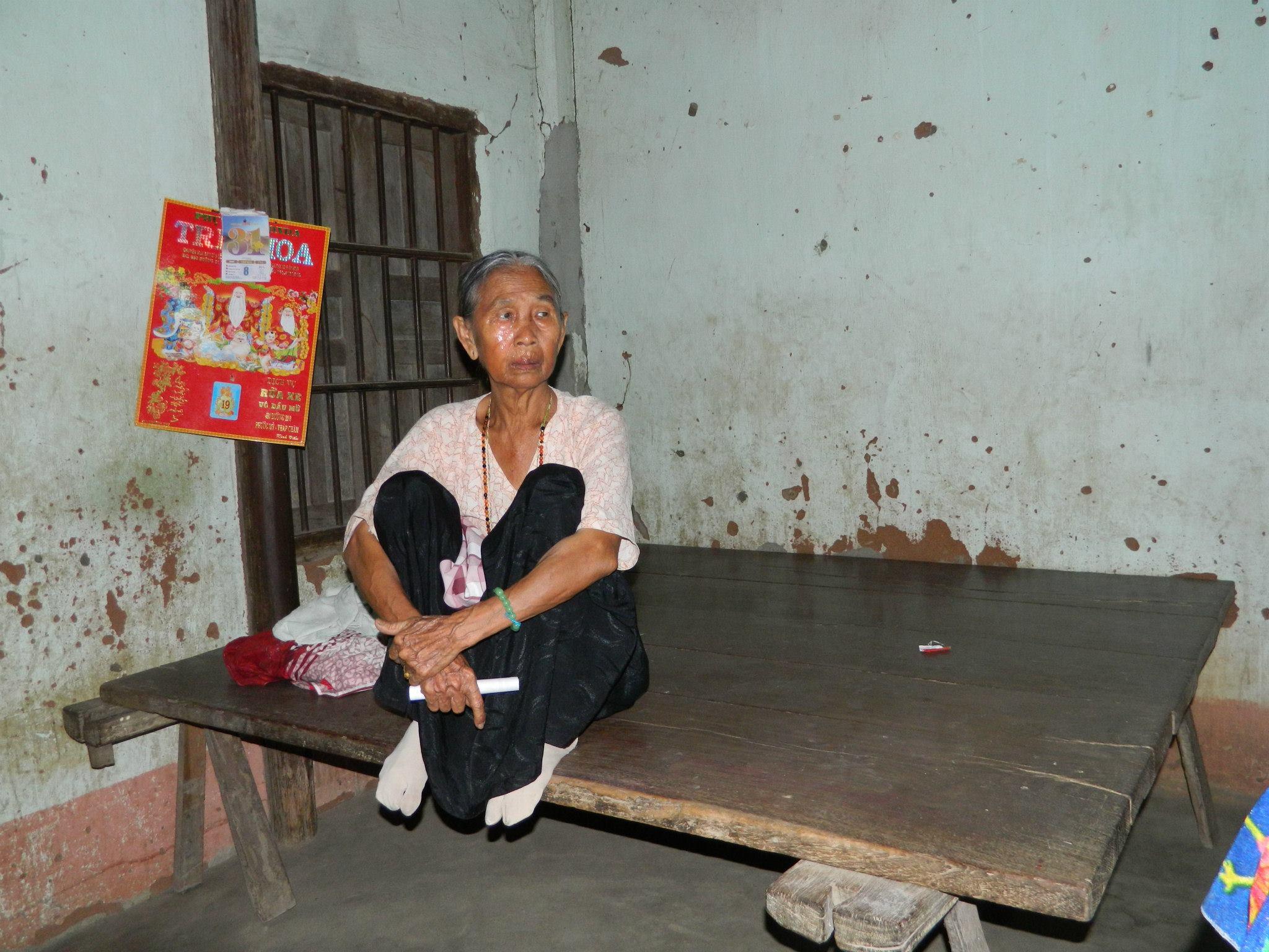 Người mẹ của chị Phú Thị Mỹ Thầm cũng mang trên mình căn bệnh viêm da mãn tính không có tiền đi khám và điều trị.