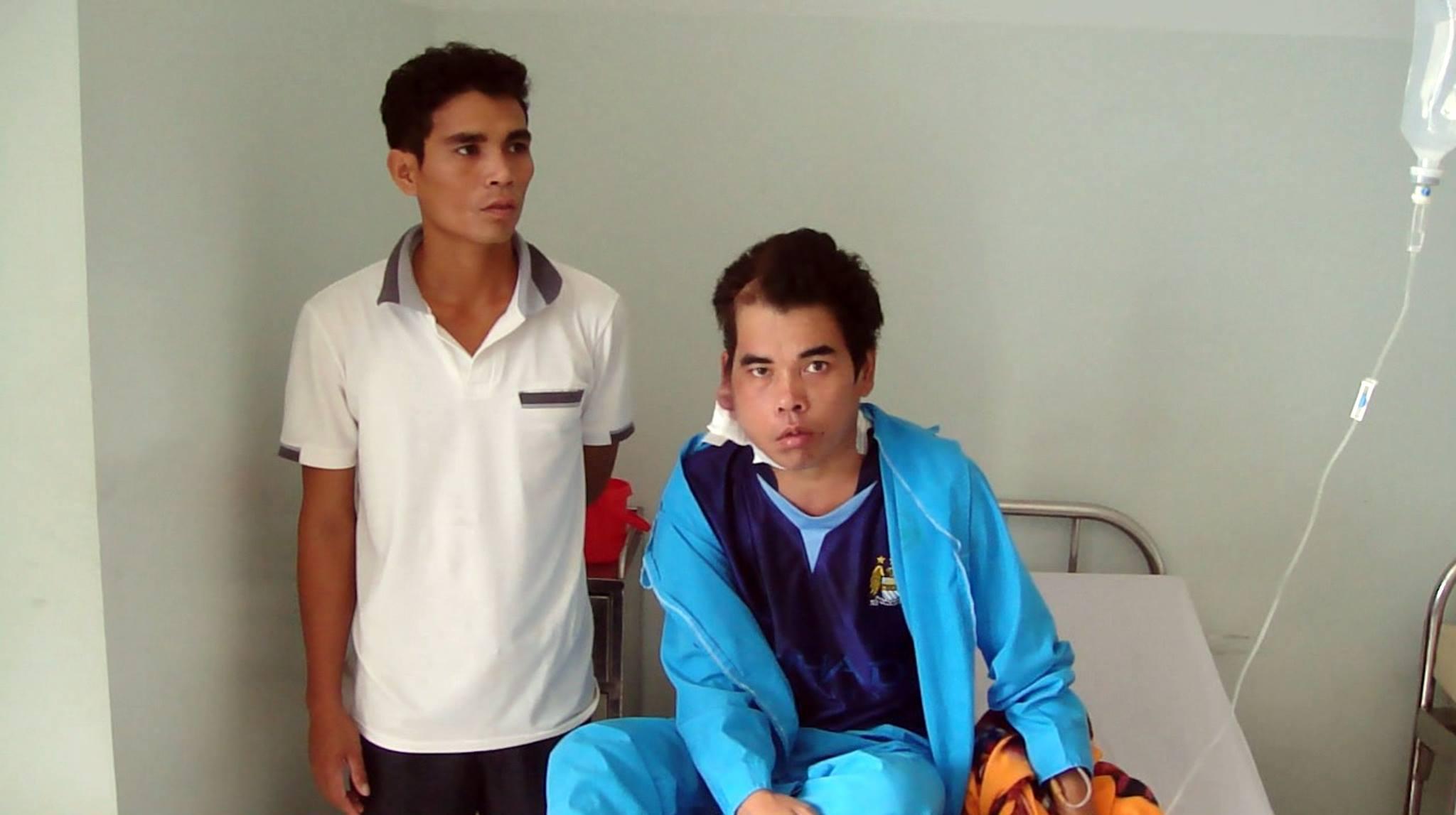 Anh Phú Quang Trưởng cùng em trai (anh Chiến) bên giường bệnh