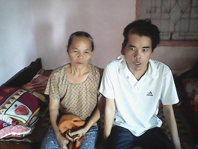 Anh Phú Quang Trưởng bên mẹ già