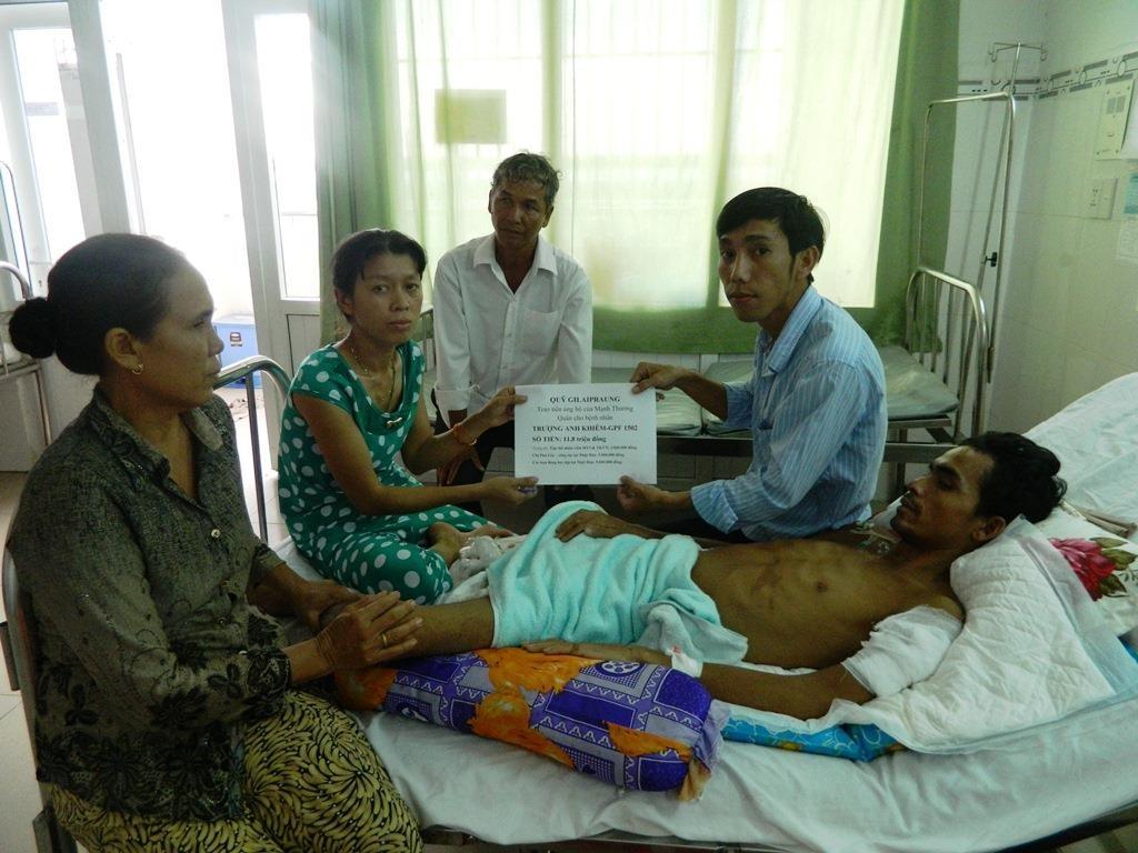 Thành viên quỹ GPF, anh Trượng Văn Trãi đến thăm và trao số tiền ủng hộ của MTQ là 11,800,000 đồng (Mười một triệu tám trăm nghìn đồng) cho gia đình bệnh nhân Trượng Anh Khiêm.