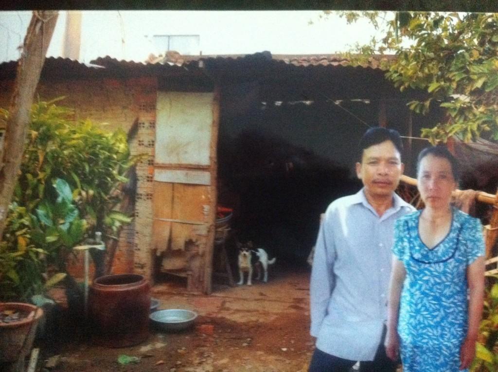 Căn nhà tạm bợ chỉ đủ che mưa che nắng của vợ chồng anh Tín cũng đang được rao bán để có tiền chữa bệnh cho con, dẫu biết sau khi bán nhà đi thì không biết gia đình sẽ dung thân nơi nào.