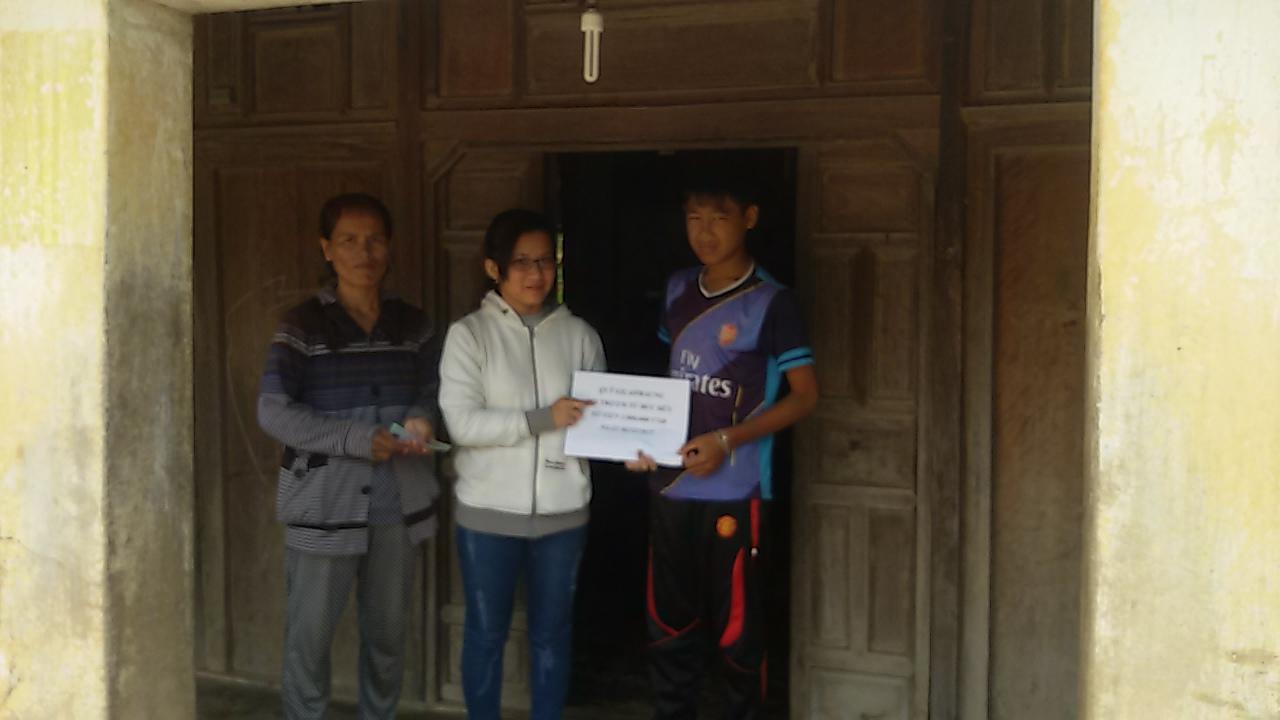 Đại diện Quỹ Gilaipraung trao số tiền 1.000.000 VND hỗ trợ em Hữu