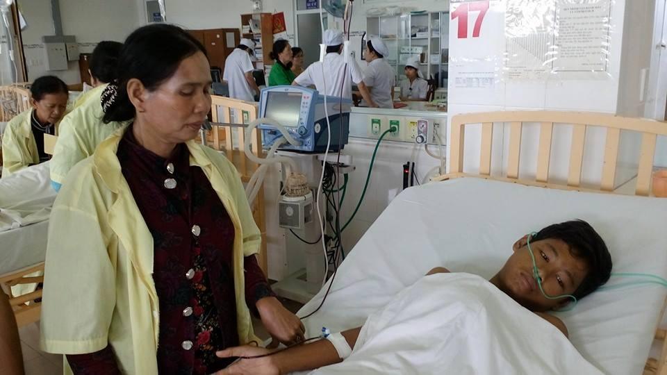 Người thân đang chăm sóc Hữu tại Bệnh viện Nhi đồng 2