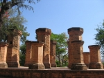 800px-Brick_pilars_in_front_of_Ponag_by_phuong.jpg
